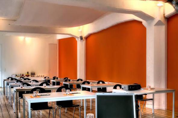 Groß_orange parlamentarisch bestuhlt2